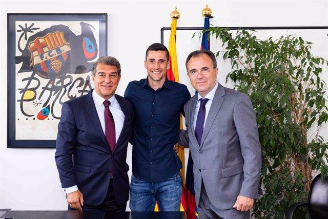 El presidente del FC Barcelona, Joan Laporta, con el nuevo fichaje del equipo de fútbol sala Carlos Ortiz