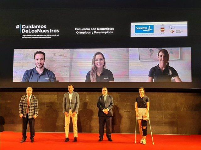 Los presidentes del COE, Alejandro Blanco, y CPE, Miguel Carballeda, junto al consejero delegado de Sanitas, Iñaki Peralta, y la campeona olímpica de bádmiton, Carolina Marín, en el acto de despedida a los olímpicos y paralímpicos en Tokyo 2020.