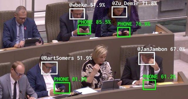 The Flemish Scrollers, la IA que analiza si los políticos están mirando el móvil durante las sesiones parlamentarias.