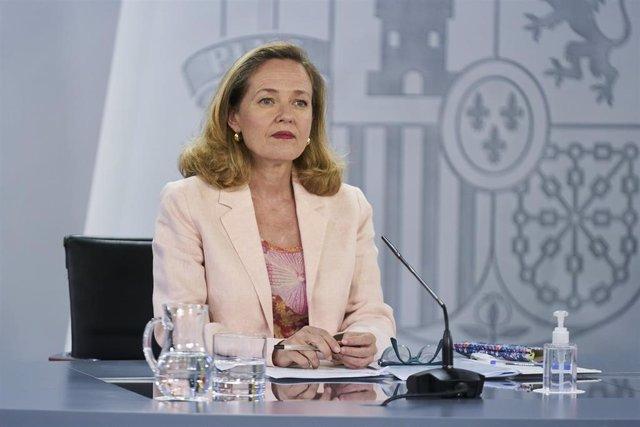 La vicepresidenta segunda y ministra de Asuntos Económicos y Transformación Digital, Nadia Calviño, interviene en una rueda de prensa posterior al Consejo de Ministros, a 6 de julio de 2021, en la Moncloa, Madrid, (España). Durante su intervención han con