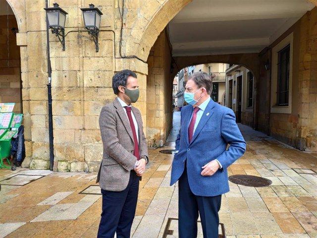 Archivo - El alcalde de Oviedo, Alfredo Canteli, conversa con el primer teniente de Alcalde, Ignacio Cuesta.
