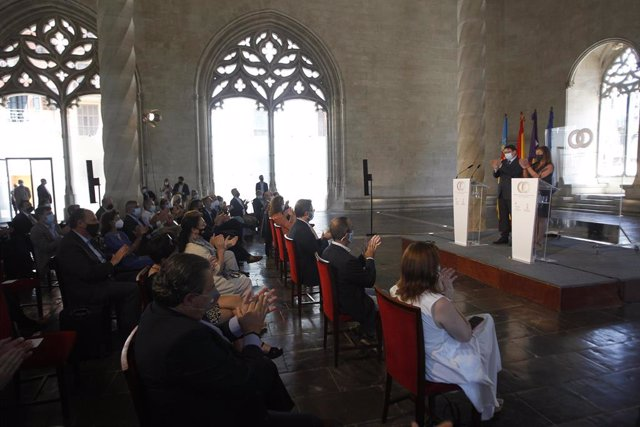 (I-D) El presidente de la Generalitat, Ximo Puig, y la presidenta balear, Francina Armengol, aplauden tras finalizar una rueda de prensa celebrada en la clausura de la I cumbre entre Baleares y Comunitat Valenciana
