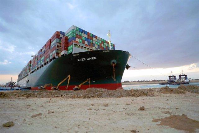 Archivo - El buque 'Ever Given', encallado en el canal de Suez, en Egipto