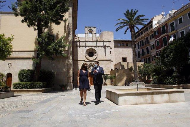 La presidenta del Govern, Francina Armengol, y el presidente de la Generalitat Valenciana, Ximo Puig, a su llegada a una rueda de prensa celebrada en la clausura de la I cumbre entre Baleares y Comunitat Valenciana.