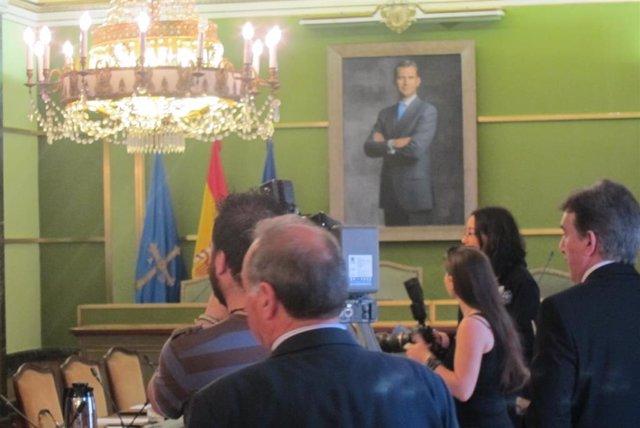 Archivo - Un salón de plenos con el cuadro del Rey