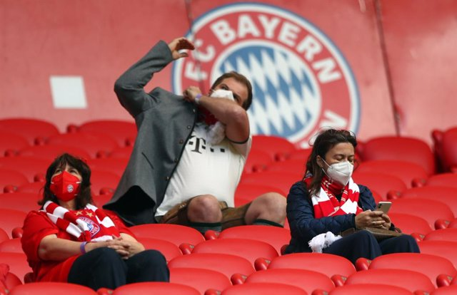 Archivo - 22 May 2021, Bavaria, Munich: Spectators sit in the stands with masks before the start of the German Bundesliga soccer match between FC Bayern Munich and FC Augsburg at Allianz Arena. Photo: Matthias Schrader/AP-Pool/dpa - IMPORTANT NOTICE: DFL