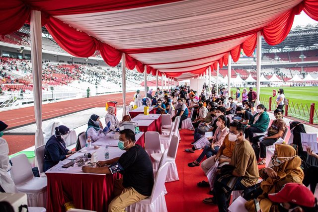 04 July 2021, Indonesia, Jakarta: People wait to register themselves before getting Coronavirus vaccines during a mass COVID-19 vaccination at Gelora Bung Karno Main Stadium in Jakarta. Photo: Donal Husni/ZUMA Wire/dpa