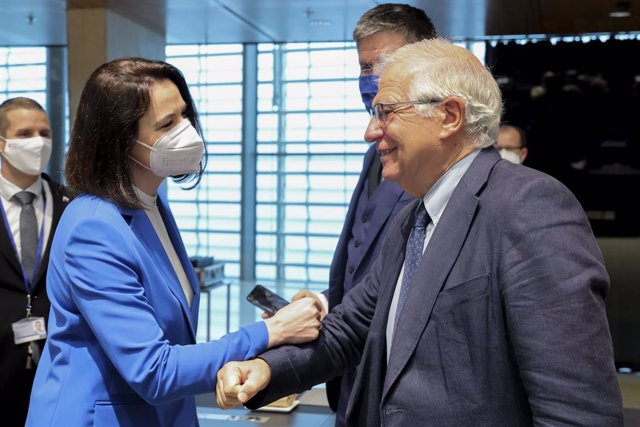 HANDOUT - 21 June 2021, Luxembourg, Luxembourg City: Josep Borrell (R), High Representative of the European Union for Foreign Affairs and Security Policy, welcomes Belarusian opposition politician Sviatlana Tsikhanouskaya, during the EU Foreign Affairs Mi