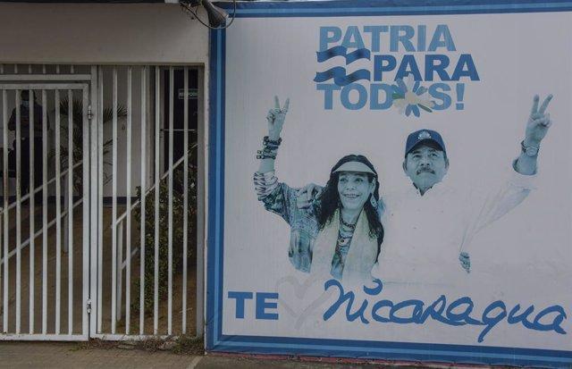 Mural con Daniel Ortega y Rosario Murillo en Managua, Nicaragua
