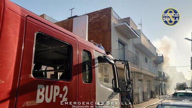 Bomberos intervienen en el incendio en una vivienda de Palmete