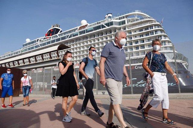Cruceristas del buque Mein Schiff 2, de TUI Cruises, primer barco con escala peninsular en los últimos 15 meses que ha atracado este martes en el puerto de Málaga capital