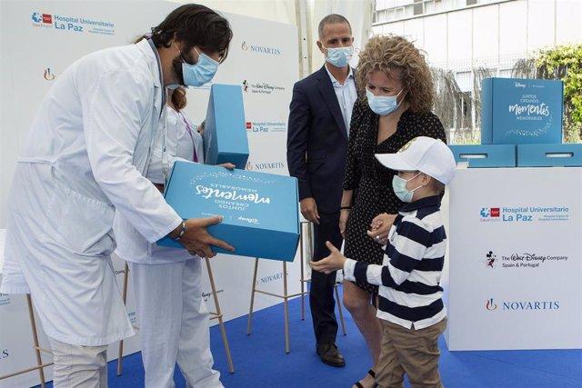 Paciente recibiendo un kit 'Sonrisas valientes'.