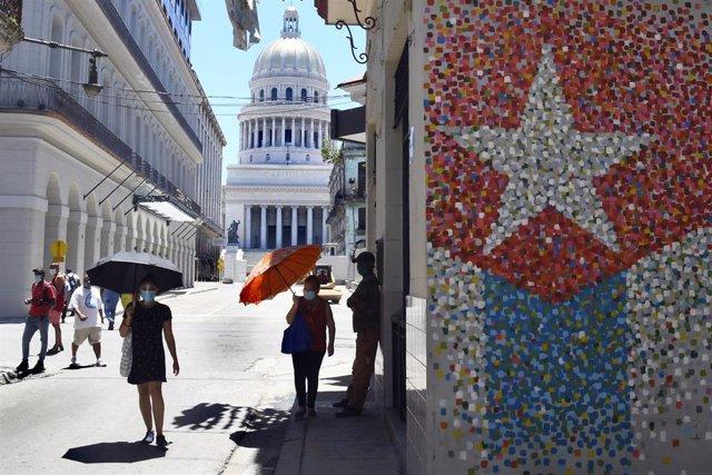 Personas paseando por La Habana