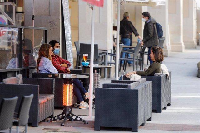 Archivo - Varias personas en la terraza de un restaurante en Vigo, Pontevedra, Galicia (España)