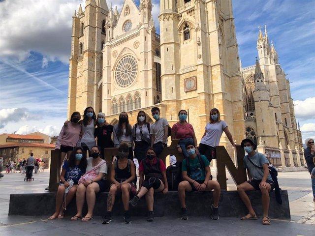 El grupo de 15 jóvenes navarros que realiza el 'Xacobeo Joven', frente a la catedral de León