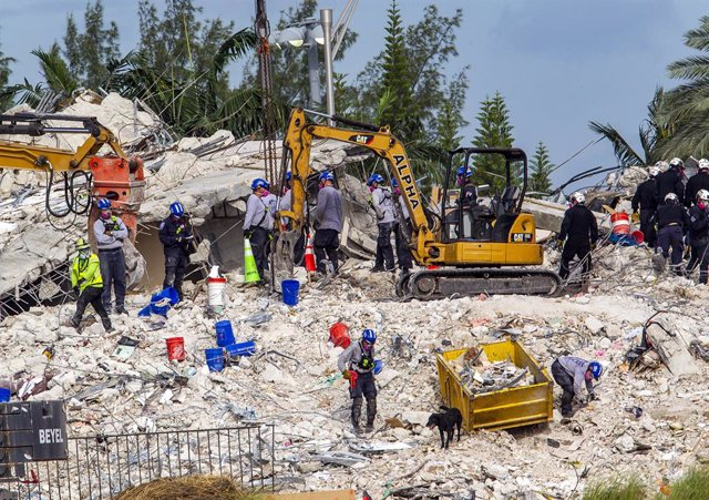 05 July 2021, US, Surfside: Search and rescue efforts continue at the 12-story collapsed Surfside condo building. Photo: Pedro Portal/TNS via ZUMA Wire/dpa