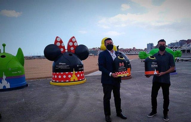 Presentación de los iglús de reciclaje 'Disney' en la playa de Poniente de Gijón