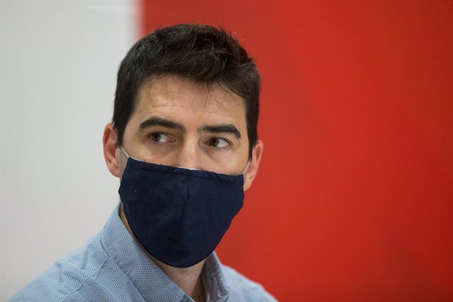 Archivo - Andoni Iraola looks on during his presentation as new Rayo Vallecano's head coach at the Rayo Vallecano Sports City on August 10, 2020 in Madrid, Spain.