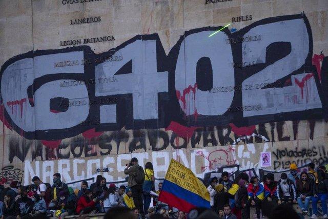 Protestas contra el Gobierno de Colombia celebradas en Bogotá, bajo una pintada que hace referencia al número de 'falsos positivos'.