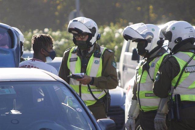 Archivo - Policías en un control durante la pandemia de COVID-19 en Valparaíso, Chile.