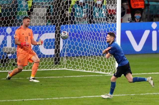 06 July 2021, United Kingdom, London: Italy's Jorginho (R) celebrates scoring the winning penalty during the UEFA EURO 2020 semi final soccer match between Italy and Spain at Wembley Stadium. Photo: Nick Potts/PA Wire/dpa