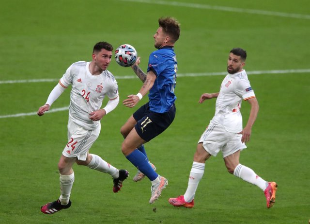 06 July 2021, United Kingdom, London: Spain's Aymeric Laporte (L) and Italy's Ciro Immobile (C) battle for the ball during the UEFA EURO 2020 semi final soccer match between Italy and Spain at Wembley Stadium. Photo: Nick Potts/PA Wire/dpa