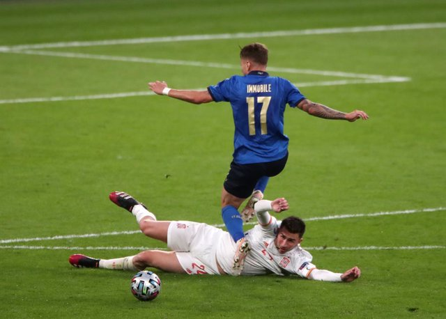 06 July 2021, United Kingdom, London: Spain's Aymeric Laporte (L) and Italy's Ciro Immobile battle for the ball during the UEFA EURO 2020 semi final soccer match between Italy and Spain at Wembley Stadium. Photo: Nick Potts/PA Wire/dpa