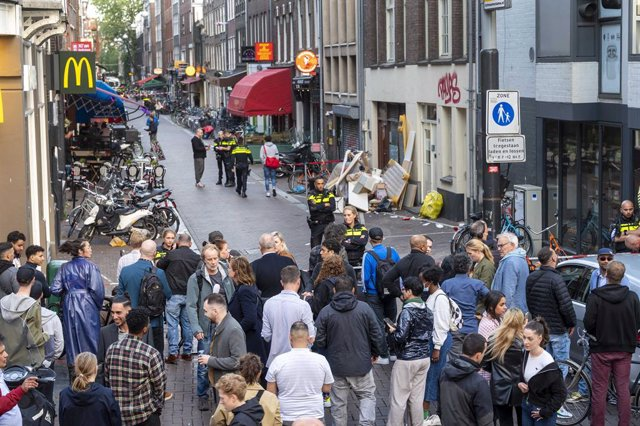 06 July 2021, Netherlands, Amsterdam: Police officers investigate at the scene in Leidseplein in central Amsterdam after an unknown man shot prominent crime reporter Peter R. de Vries. Vries was hospitalized with a gunshot to the head, police confirmed. P