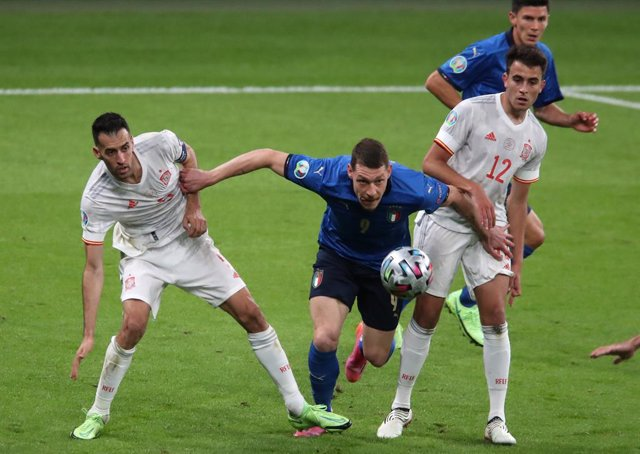 06 July 2021, United Kingdom, London: Italy's Andrea Belotti (C) battles for theball with Spain's Sergio Busquets (L) and Eric Garcia during the UEFA EURO 2020 semi final soccer match between Italy and Spain at Wembley Stadium. Photo: Nick Potts/PA Wire/d