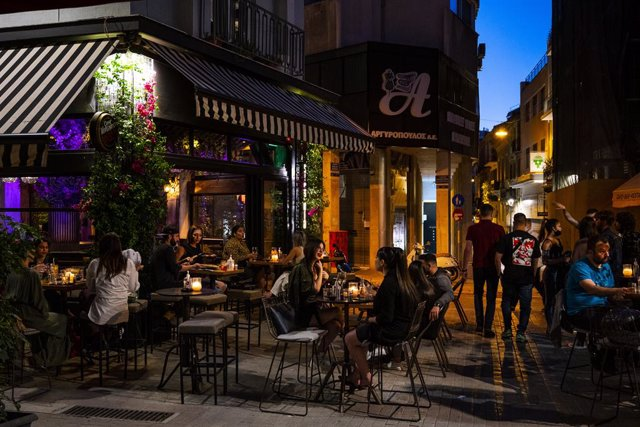Archivo - 12 May 2021, Greece, Athens: Guests sit in the terrace of a bar in Athens. Taverns, bars and cafés have reopened in Greece as the country eases the measures imposed to curb the spread of Coronavirus pandemic. Photo: Angelos Tzortzinis/dpa