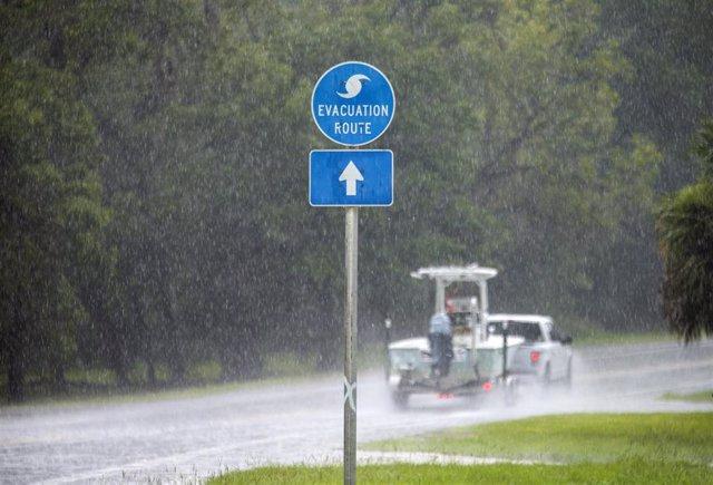 Florida se prepara para la llegada de Elsa