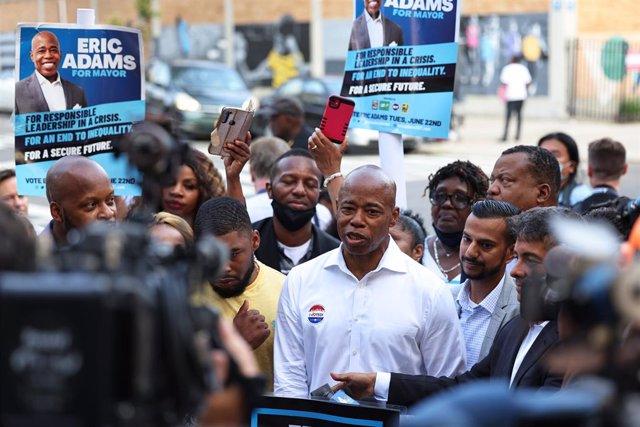 Eric Adams después de votar durante el día de las elecciones primarias.