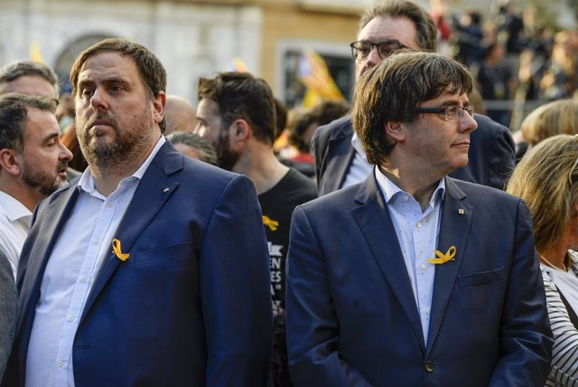 Archivo - Arxiu - FILED - 21 October 2017, Spain, Barcelona: Carles Puigdemont, then president of the Catalan government, and separatist leader Oriol Junqueras llauri pictured during a protest demanding the release of Catalan separatist leaders. Jailed Ca