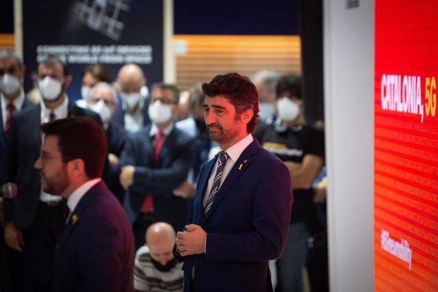 El vicepresident del Govern de la Generalitat de Cataluña, Jordi Puigneró (d), durante su visita al stand de Cataluña en la primera jornada de la XIV edición del Mobile World Congress (MWC 2021) en el recinto Gran Via de Fira de Barcelona, en L'Hospitalet