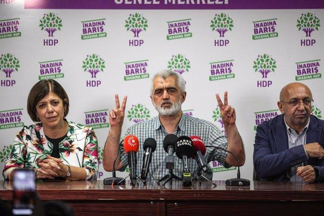 El exparlamentario del prokurdo Partido Democrático de los Pueblos (HDP) tras ser liberado de prisión en Turquía