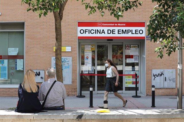 Archivo - Una mujer pasa por una oficina del SEPE, el día en el que se han conocido los datos de paro de mayo, a 2 de junio de 2021, en Madrid (España). El número de parados registrados en las oficinas de los servicios públicos de empleo (antiguo Inem) ba
