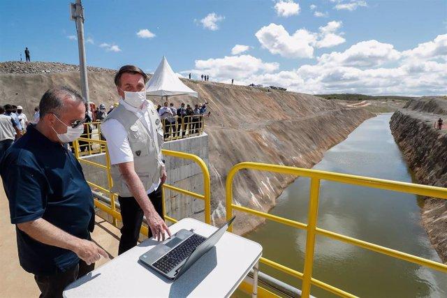 Archivo - El presidente brasileño, Jair Bolsonaro, junto al ministro de Desarrollo Regional,  Rogerio Marinho.