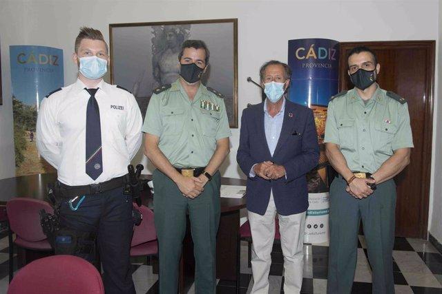 El vicepresidente de Diputación y del Patronato Provincial de Turismo, José María Román, con los mandos policiales en el marco del plan Turismo Seguro de la Guardia Civil.