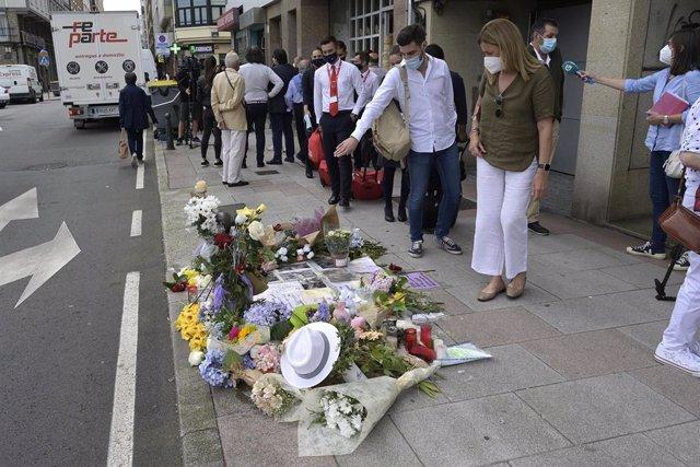 Varias personas observan el altar colocado en la acera donde fue golpeado Samuel, el joven asesinado en A Coruña el pasado sábado 3 de julio, a 6 de julio de 2021, en A Coruña, Galicia, (España). Familiares, amigos, y vecinos han organizado este altar com