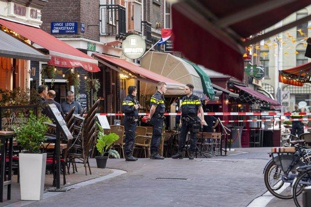 Agentes de la Policía de Países Bajos en la escena del ataque contra el periodista de investigación Peter R. de Vries, tiroteado en Ámsterdam