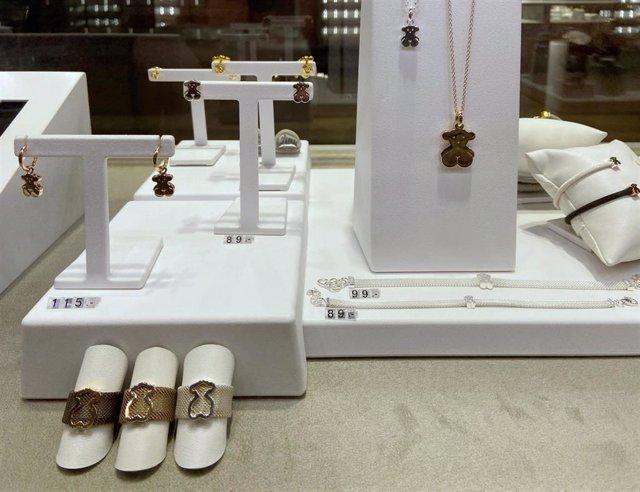 Archivo - Anillos, colgantes, pendientes y pulseras de Tous en el interior de una de sus tiendas en Madrid