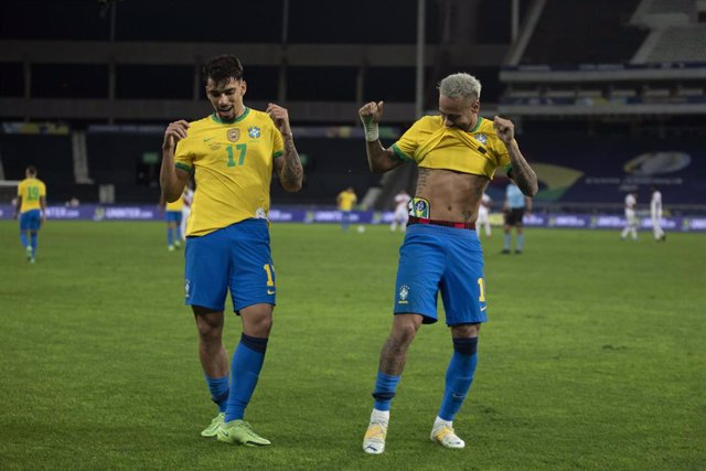 HANDOUT - 05 July 2021, Brazil, Rio de Janeiro: Brazil's Lucas Paqueta (L) celebrates after scoring his side's first goal with his teammate Neymar during the CONMEBOL Copa America Semi-Final soccer match between Brazil and Peru at The Estadio Olimpico Nil