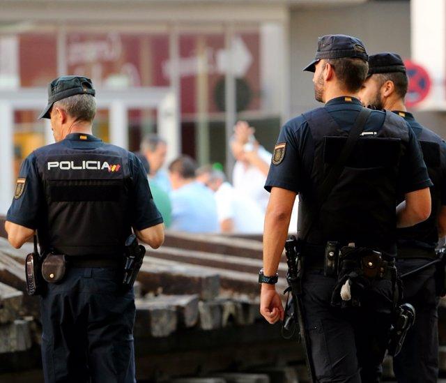 Archivo - Imagen de recursos de agentes de Policía Nacional.