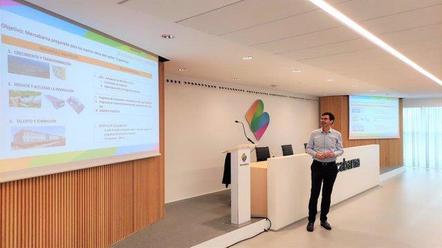El director d'estratègia i innovació de Mercabarna, Pablo Vilanova, durant la conferència 'La Mercabarna del futur' en la III Universitat d'Estiu de Mercabarna