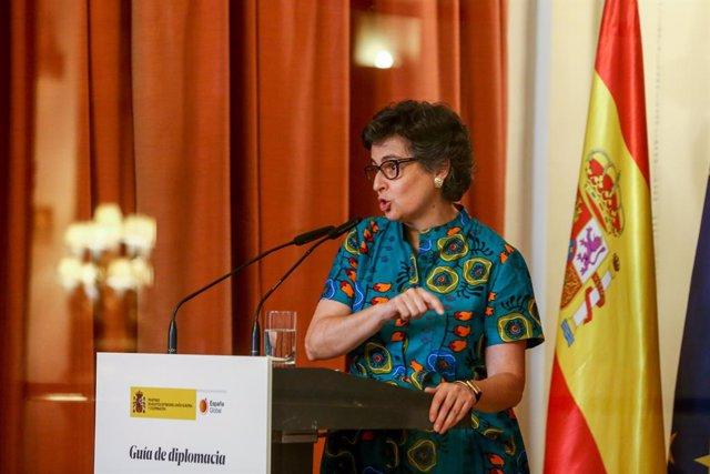 La ministra de Asuntos Exteriores, Unión Europea y Cooperación, Arancha González Laya, asiste a la presentación de la Guía Diplomática Gastronómica en el Casino de Madrid, a 30 de junio de 2021, en Madrid (España), junto a cocineros de prestigio y represe
