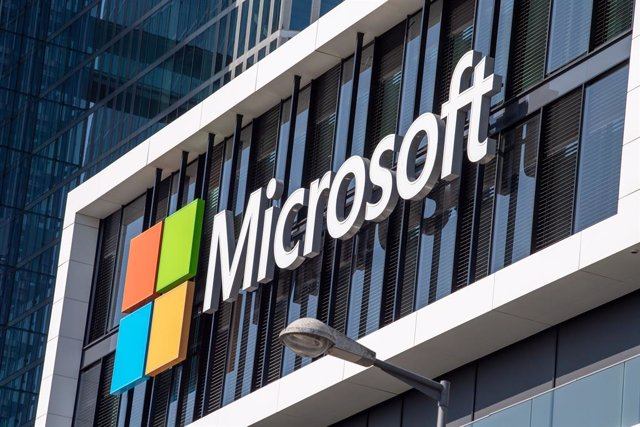 Archivo - FILED - 26 March 2021, Bavaria, Munich: The Microsoft logo hangs on the facade of an office building in Munich. The data of Microsoft's EU customers will only be processed and stored in the European Union in the future, the company's president B
