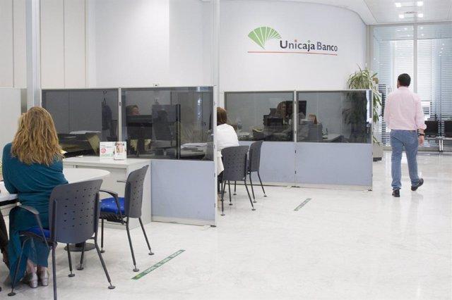 Archivo - Una oficina bancaria de Unicaja
