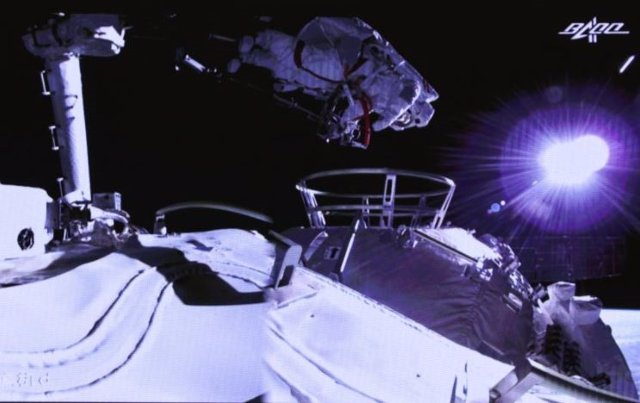 Imagen de un astronauta chino durante la primera caminata espacial en el exterior del módulo Tianhe