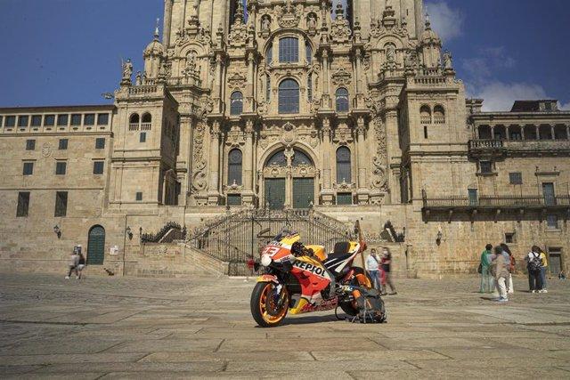 La moto de Marc Márquez finaliza su peregrinaje a Santiago de Compostela.