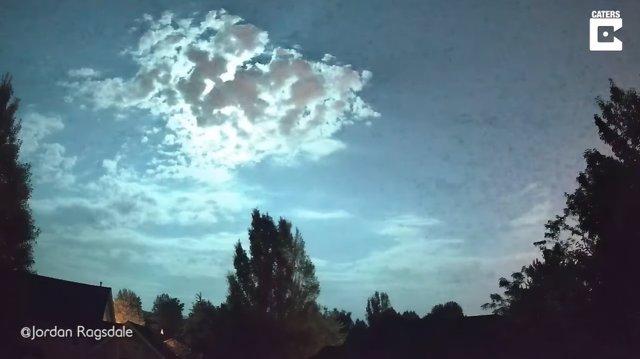Capturan en vídeo el momento exacto en que un meteorito entra en la Tierra e ilumina el cielo con una enorme bola de fue